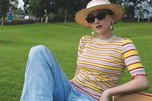 何雯娜到了国外气质都提升了,穿条纹上衣配牛仔裤,退役后超会穿