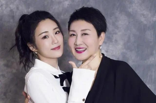 """藏了24年,张凯丽""""老公""""原来是他,23岁女儿长相更惊艳"""