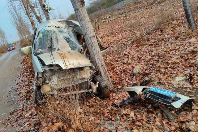 滕州女司机车祸困车内,好青年路遇施救转为安