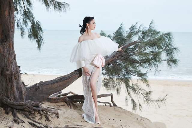 佟丽娅沙滩光脚漫步,仙气十足,与同岁的谭卓各有各的味道