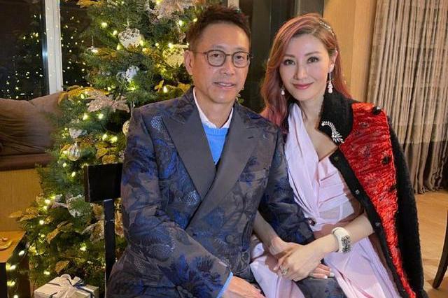 50岁李嘉欣晒与老公合照,被摸大腿一脸甜蜜,粉色卷发尤为吸睛