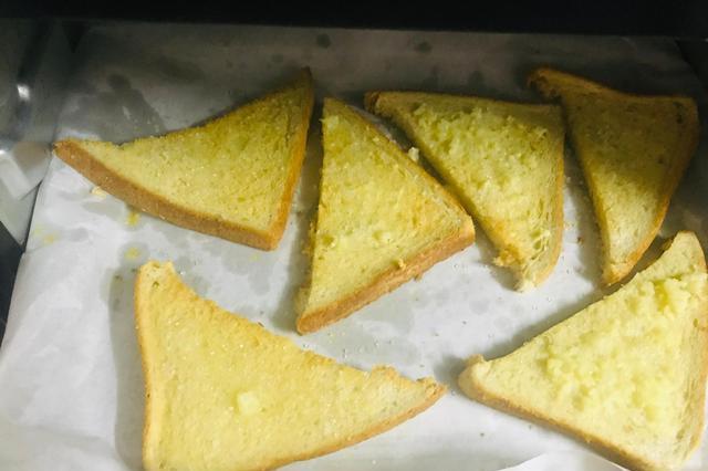 自制香脆蒜香黄油吐司角,新手也能做出面包店的味道