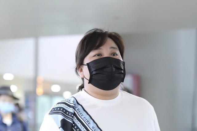 贾玲一身休闲走机场,非常时尚的着装风格,方巾点缀很有亮点