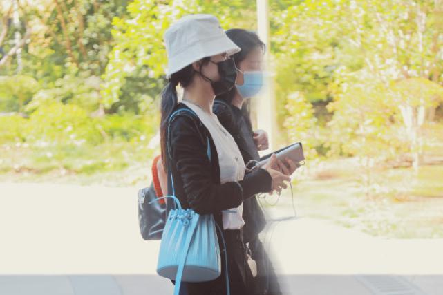 赵丽颖懒理热议积极营业,李雪陪伴现身机场,穿热裤秀美腿