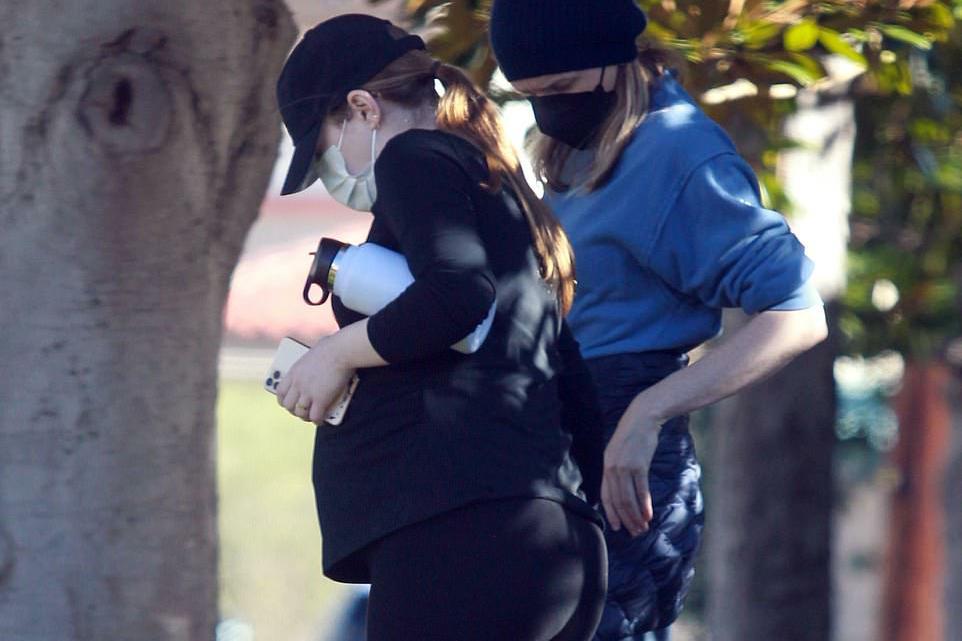 """惊喜!33岁""""石头姐""""艾玛·斯通挺大肚子出门,确认怀孕快6个月"""