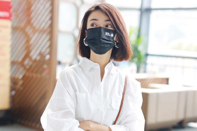 吴谨言气质不错,穿白色衬衫和短裙配短发清爽知性,化身温柔少女