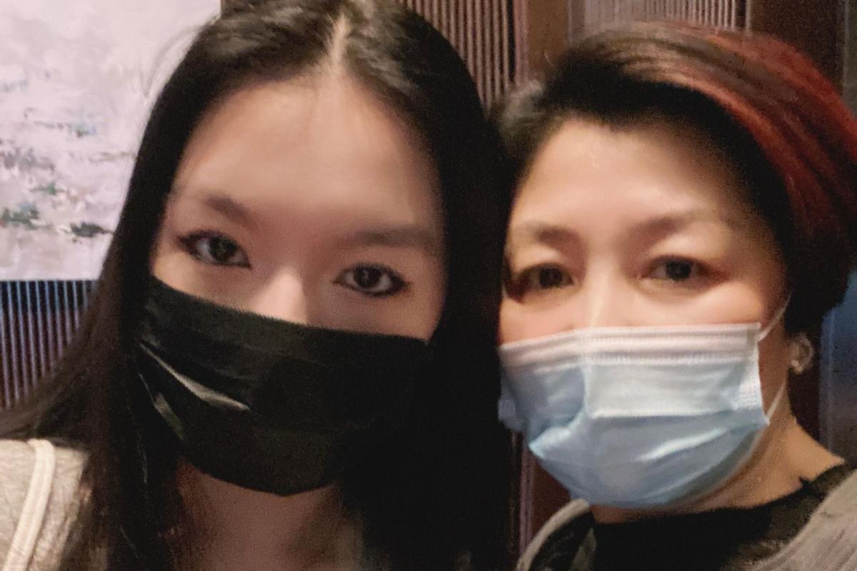 李咏女儿和哈文罕同框!画浓烈眼线显冷酷,母女俩亲密贴脸关系好