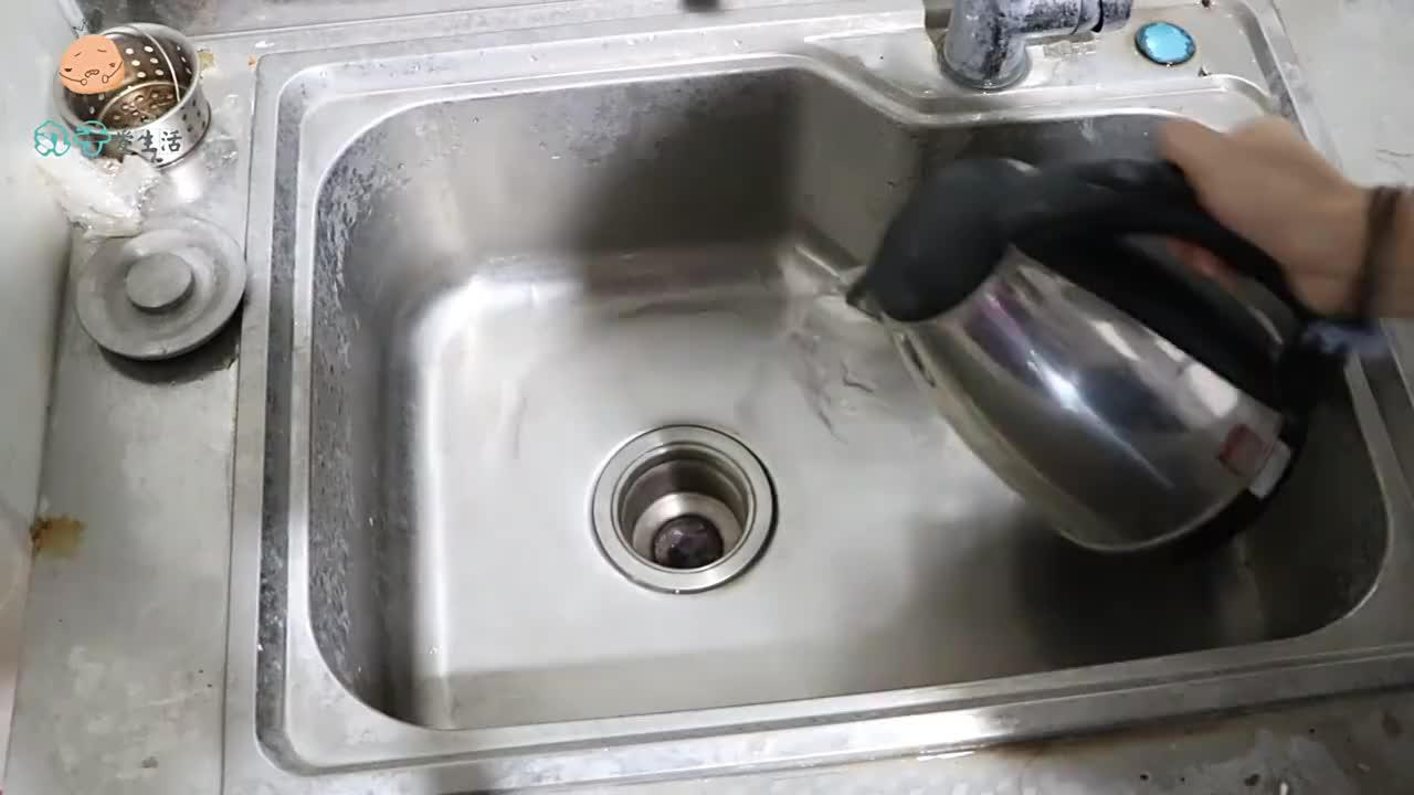 洗碗池一定要放个塑料瓶,真太实用了,解决了困扰大家已久的难题