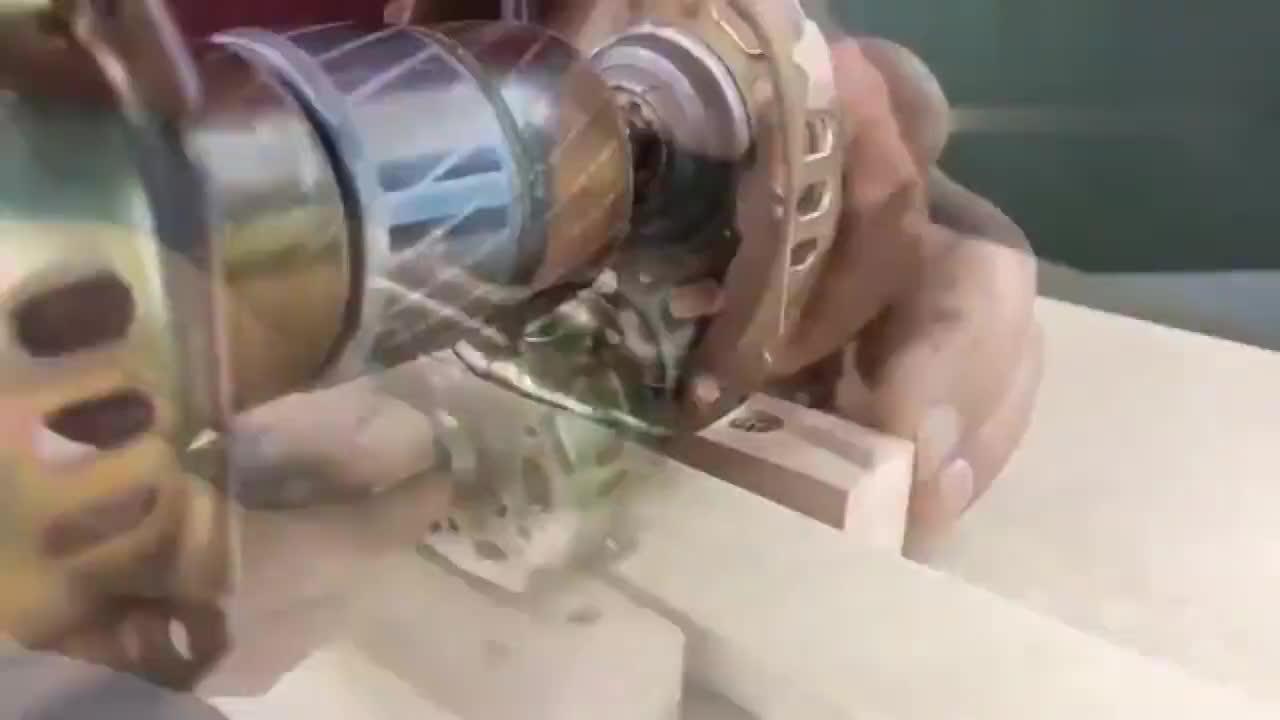 牛人将旧电风扇拆下来的零件,简单改造一下,就成了一台砂光机!