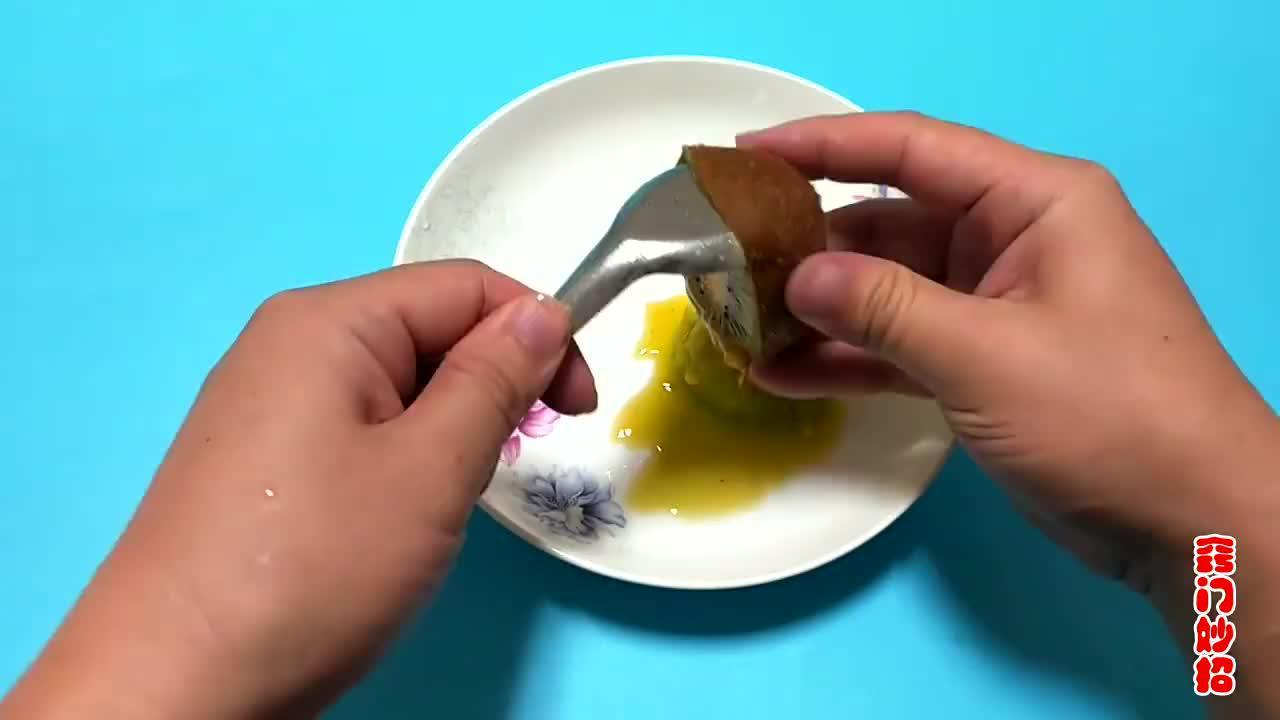 猕猴桃去皮的正确方法,一个勺子轻松搞定,太实用了