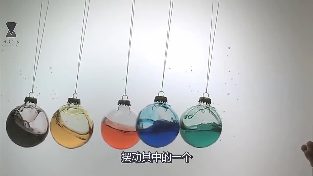牛顿摆有多厉害?老外用5个彩色玻璃模拟实验,看完不敢相信!