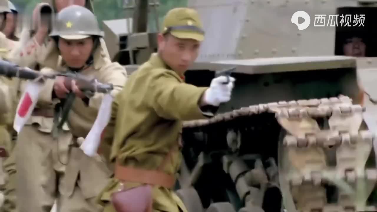 国军上百颗手雷往阵地上扔,鬼子抬头一看,吓得赶紧趴地上