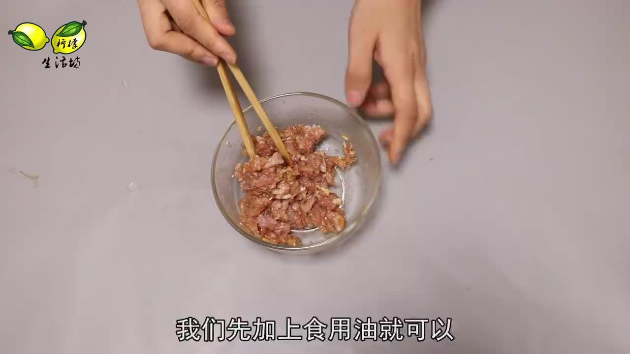 调饺子馅时,先放油还是先放水?以前一直没做对,难怪发柴不鲜嫩