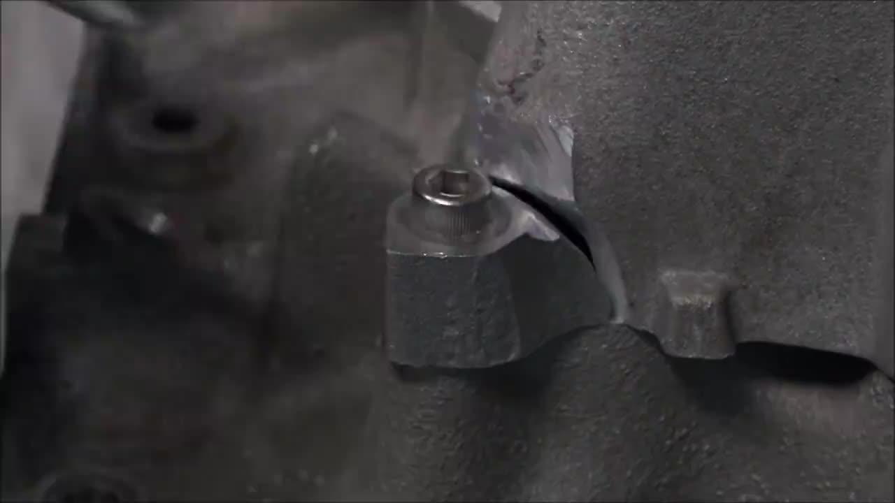 发动机进气口破了一块,他几下就给焊上补好了,这样能行吗?