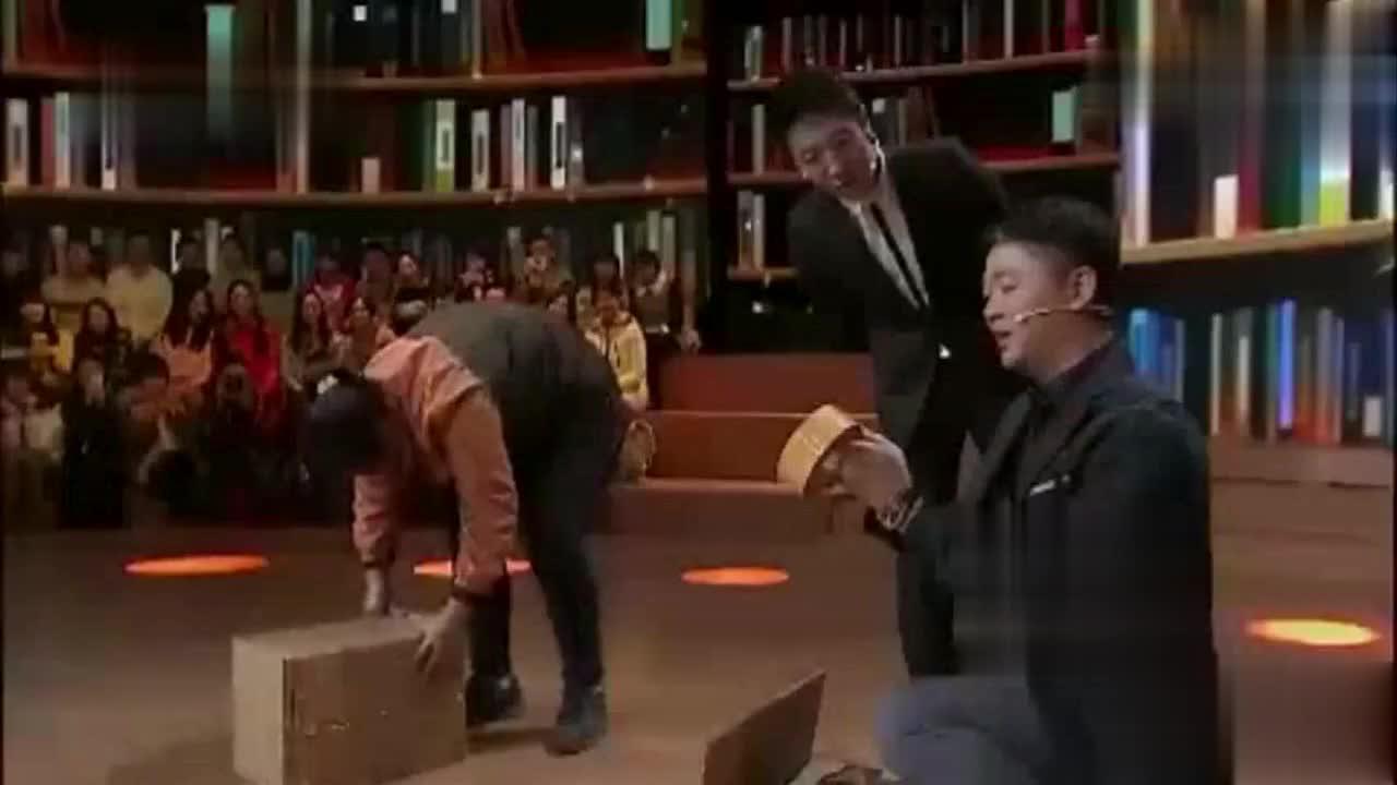 刘强东和快递员比打包,其实速度还是很快的