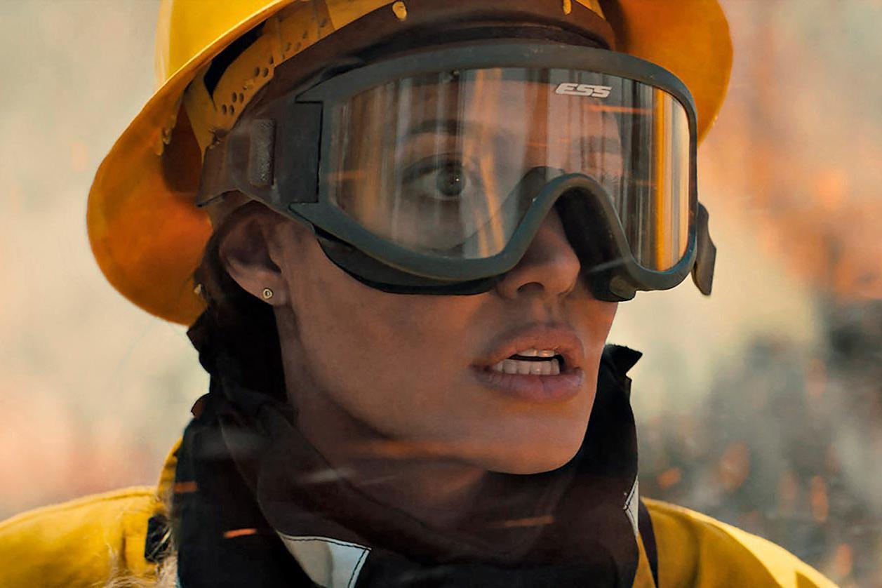 安吉丽娜朱莉新片上映,饰演一名救火英雄,从业30年造型百变
