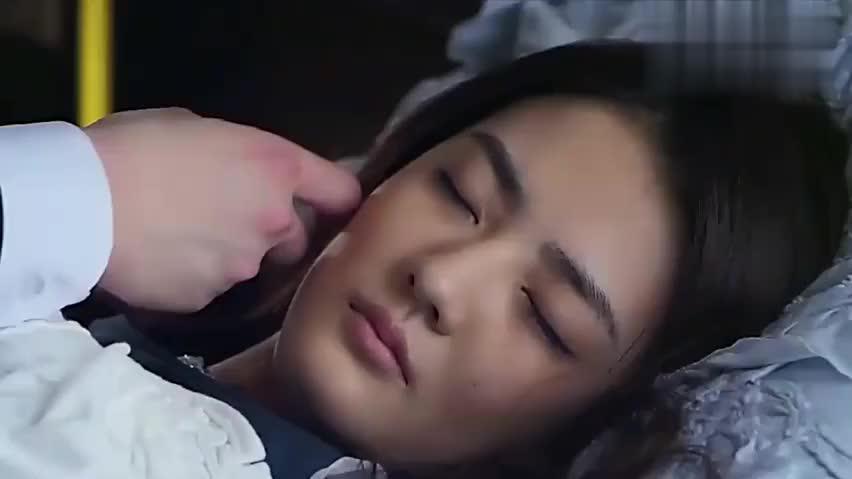 霸道总裁看着灰姑娘入睡,满脸都是宠溺的样子,真的是甜炸了