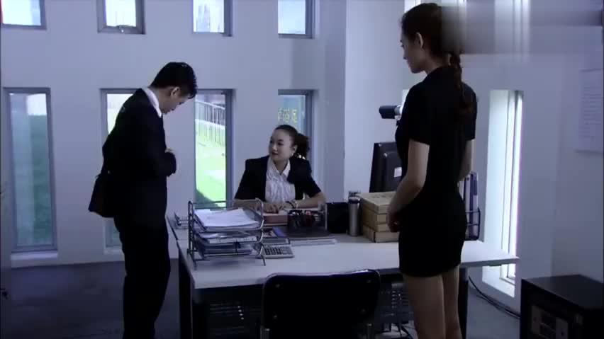售楼小姐长得非常漂亮,竟卖不出一套房,听男子语气服务不到位!