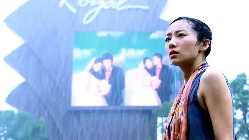 渣男竟和别人结婚,灰姑娘只能在大雨中目睹这一切,看着都心疼