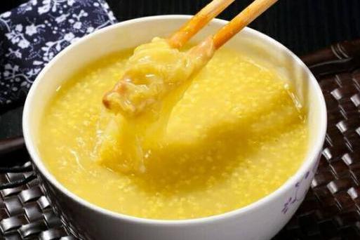 熬小米粥,不要直接用水煮,煮前加一步,粥又香又浓,米油厚