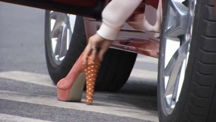 霸道女总裁开着豪车穿着高跟鞋,进公司时,直接秒杀全场,真美