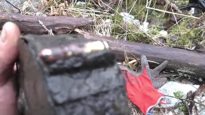 二战遗迹挖到一个冲锋枪弹鼓,外壳已经锈烂了,里面弹药没事