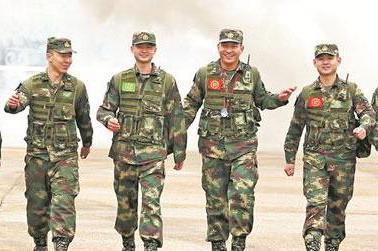 """王忠心退休火箭军又见""""兵王"""":入伍18年,培养260多名技术骨干"""