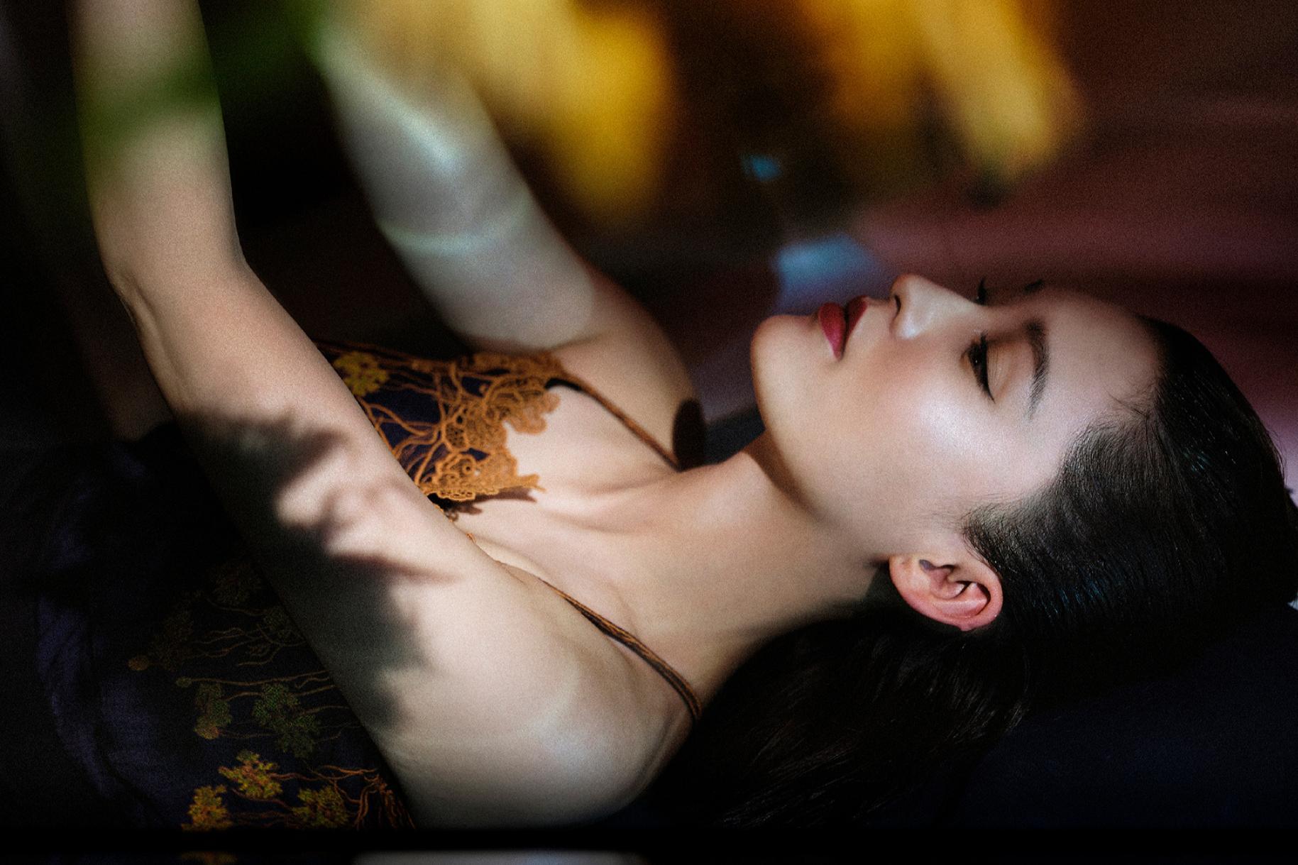 29岁李沁一改清纯路线,写真穿吊带长裙小漏香肩,冷艳霸气获好评