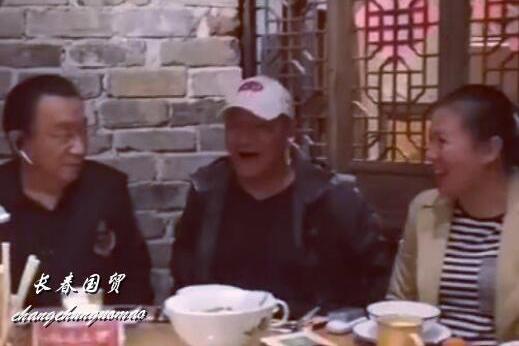 谢东夫妇邀侯耀华聚餐,兄弟同框画面温馨其乐融融