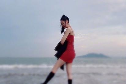 张天爱晒夏日美照,穿超短紧身吊带裙曲线玲珑,这身材娱乐圈少有