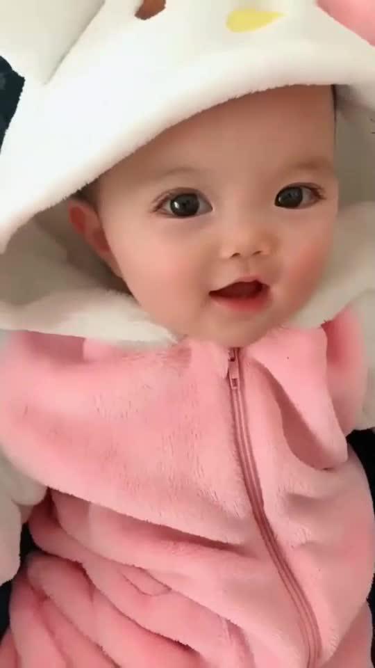 小宝宝看什么呢,开心的样子太可爱了,网友像洋娃娃一样