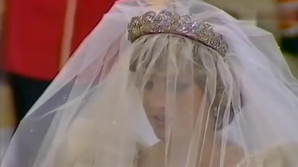戴安娜当年婚礼,王妃全程露幸福微笑,英女王表情严肃