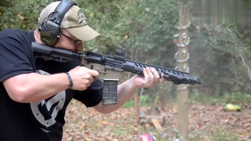 崭新的突击步枪户外射击测试,后坐力大,噪音也挺大!