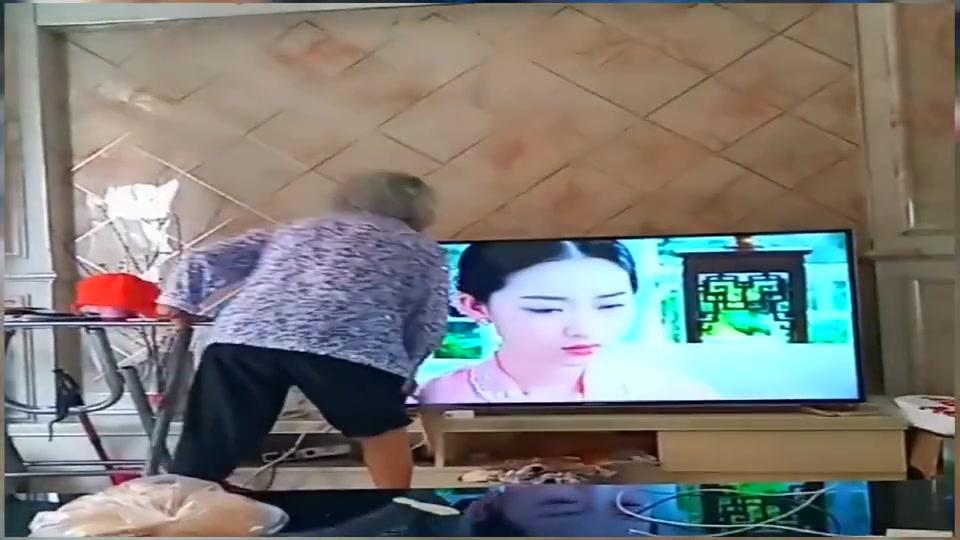 90岁奶奶看电视,等这部电视剧演完,电视也该报废了