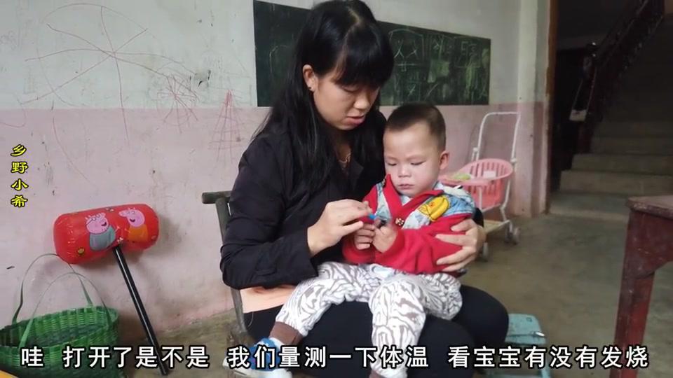 浩宝感冒发烧38.2度,给孩子灌药哭闹反抗,看到吃的就精神抖擞