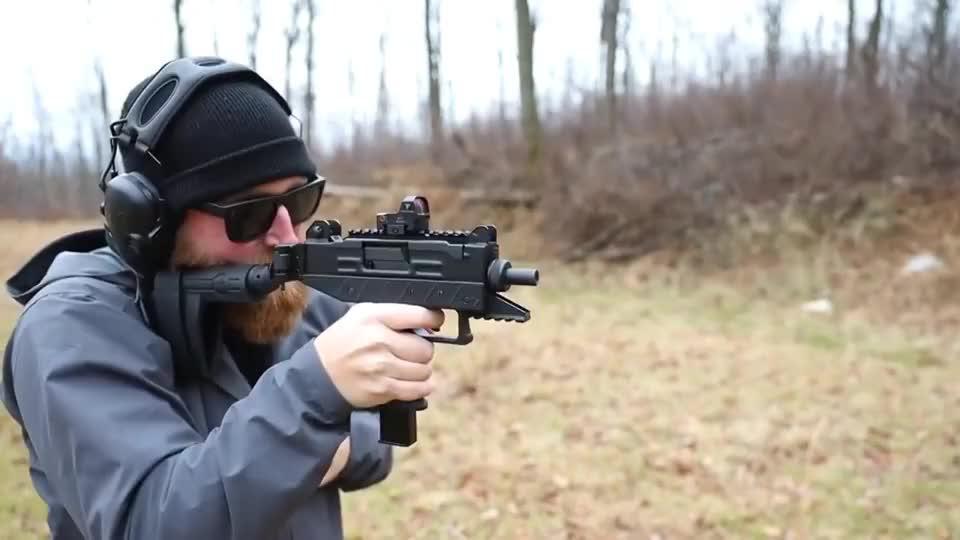 小巧玲珑的UZI冲锋枪,枪托还可以折叠,户外靶场射击测试