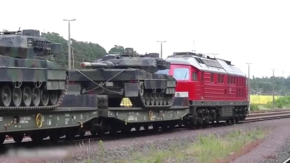 一台火车机车才拉这么几辆主战坦克,感觉有点浪费资源啊