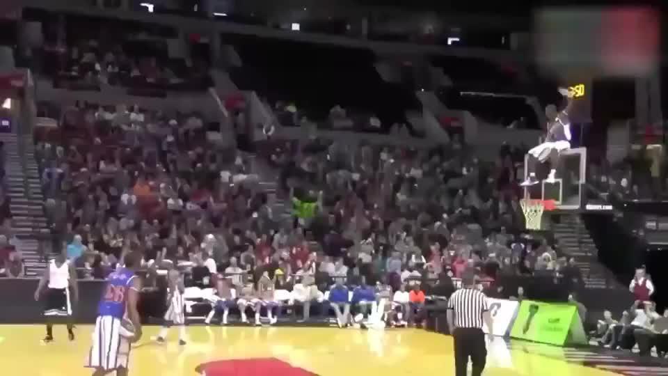 史上最无语的篮球比赛,人都跑篮筐上面去防守了!生平第一次见