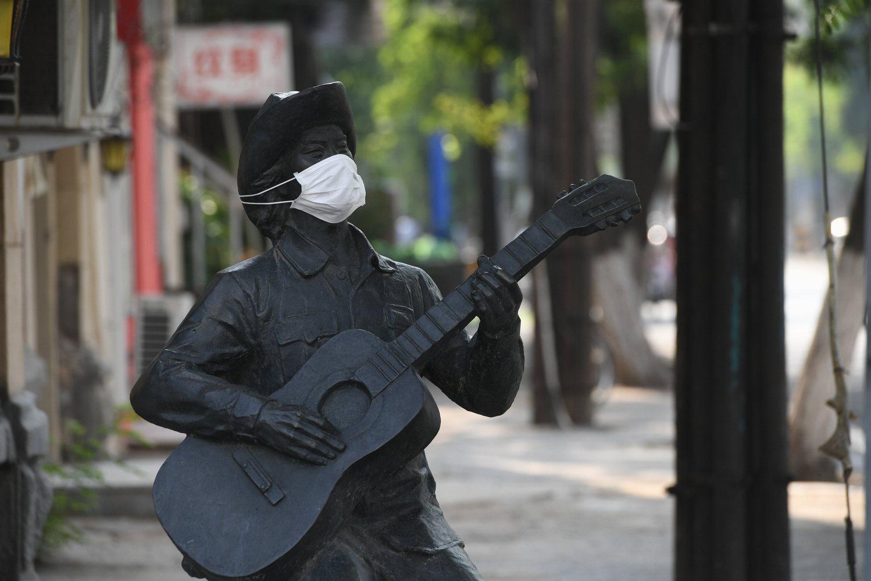 沈阳众雕塑被戴口罩  有人支持有人反对