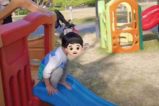 袁弘吐槽儿子蹦滑梯不科学,2岁四坨勇敢矫健,倒更像是4岁孩子