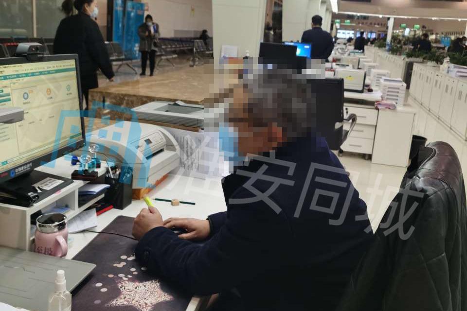 淮安市行政中心建设银行员工被指态度傲慢,市民遭其冷嘲热讽