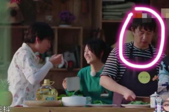 郭麒麟摘完香蕉回来,不嫌弃张子枫喝过的牛奶,旁边黄磊表情亮了