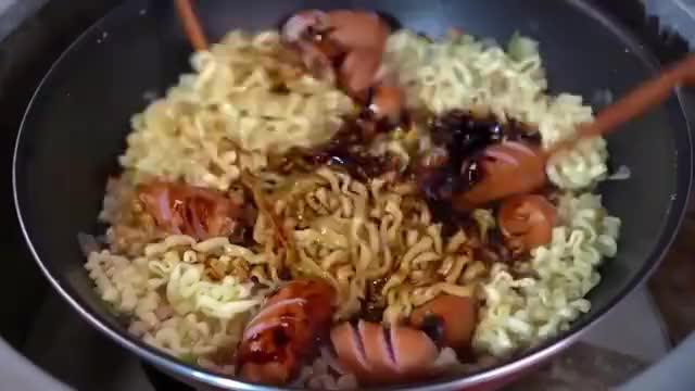 韩国吃播大叔兴森吃四包炸酱拉面,配上大盘泡菜,好香啊~