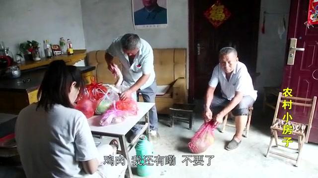 农村外甥走亲戚,给大舅买一大包鸡肉,大舅为啥不要?原因好幸福