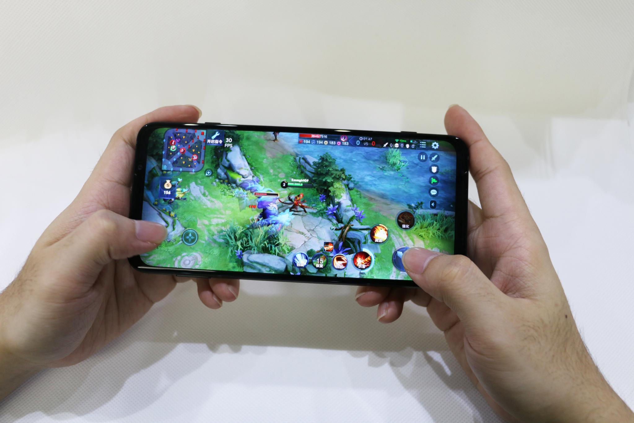 腾讯黑鲨手机3体验:超强性能配专业游戏手柄,吃鸡上分太轻松!