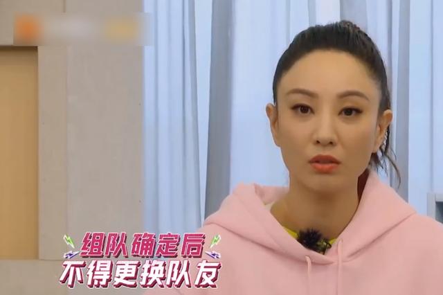 郑希怡粉色卫衣造型太可,但高马尾却暴露发际线:得知发型师了?