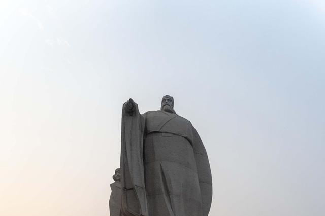 古都洛阳的中心,有其创建者的雕像,还能让你了解遥远的西周时代