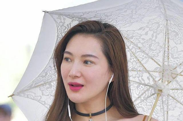 精致的小姐姐,连撑伞都是花纹,时尚迷人