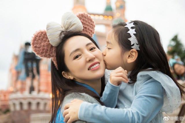 董璇母女游迪士尼,俩人冻得捂被子玩耍,酒窝亲吻妈妈脸颊好有爱