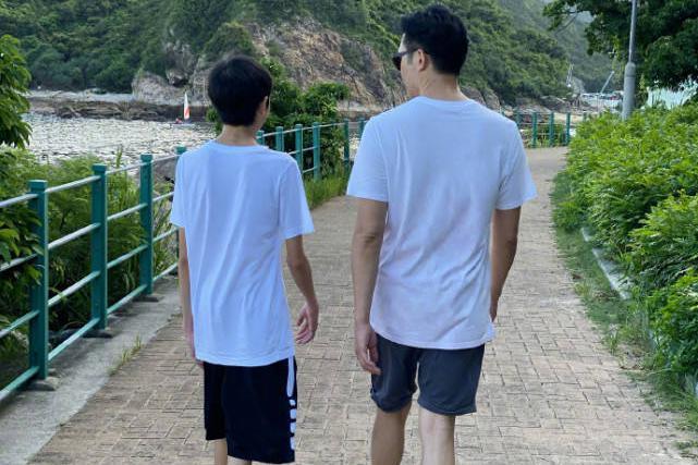 袁咏仪一家三口外出散步,13岁儿子暴风成长,已经快赶上张智霖